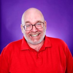 Mr Robin Graham, un o Gyfarwyddwyr Feel Good Communities ac Arbenigwr Chwerthin