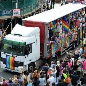 Gorfoleddwyr yn mwynhau Mardi Gras LHDT Caerdydd-Cymru y flwydd yn ddiwethaf