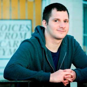 Treuliodd Spencer, sy'n 26 oed o Gaerdydd, ei fywyd mewn gofal